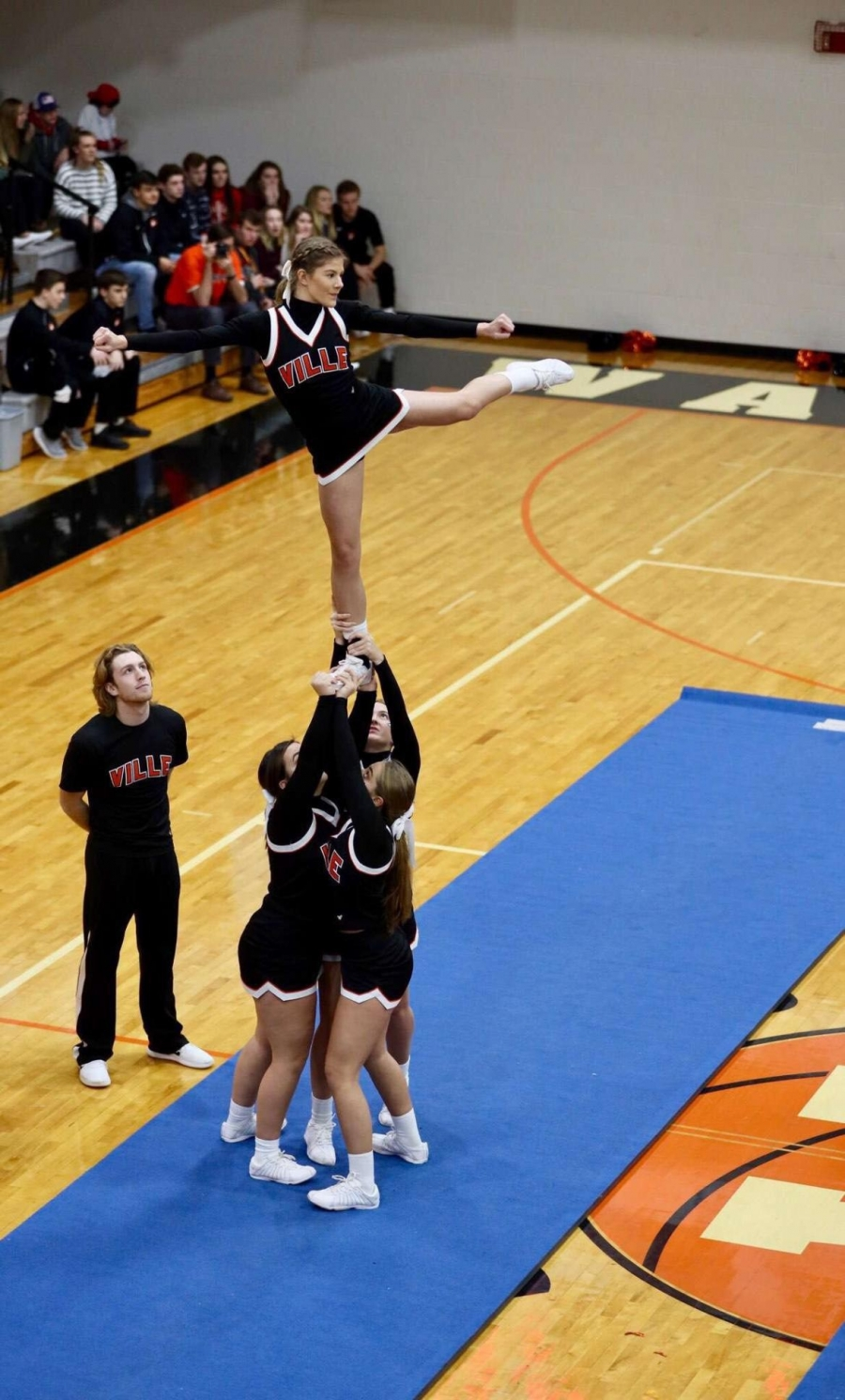 cheerleaders stunting